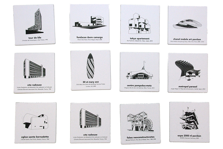 20種類もの名だたる名建築がラインナップ。イラストの下には建築名、建築家名、場所、建設年が記載されている。アートとして飾ってもよい。