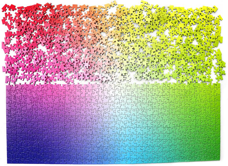 色彩美を感じながら、筆を重ねるようにピースを埋めていく。