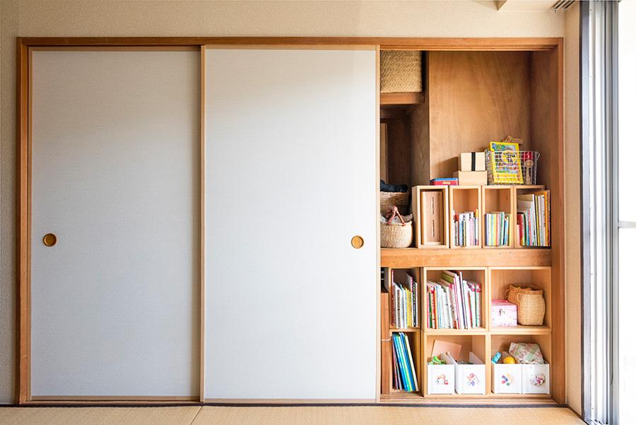 右側の襖は取り外し、お子さんのおもちゃを収納。和紙の襖は汚れや破れでボロボロになったため、水拭きができて扱いやすい洋室用の壁紙に張り替えた。