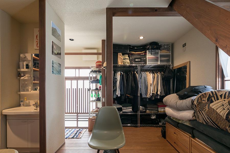 玄関の方を見る。左手に洗面と風呂場がある。