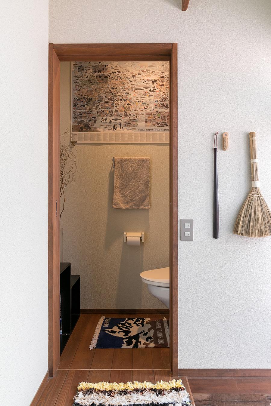玄関脇のトイレは、長居してしまいそうな設え。