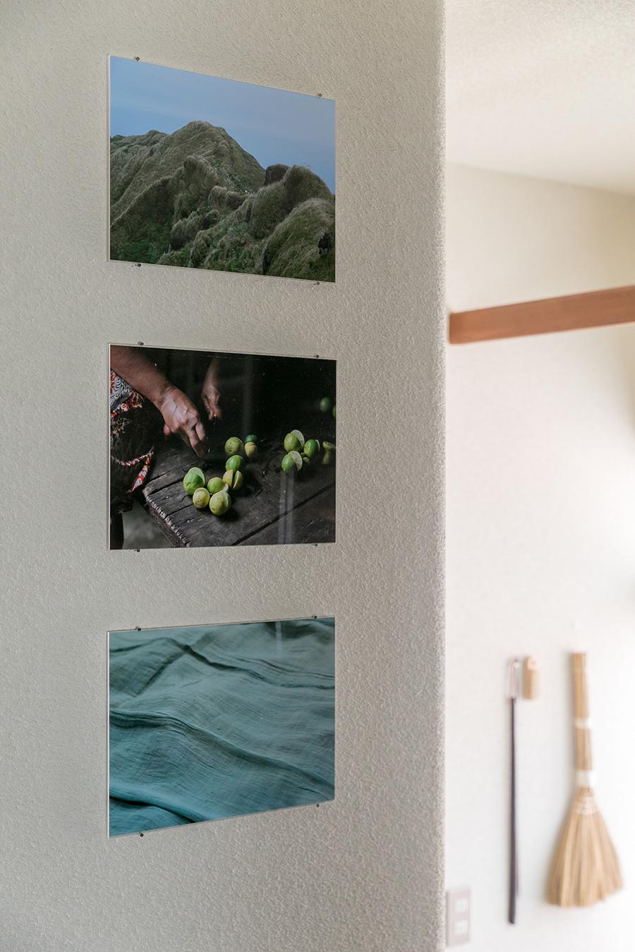 旅先で撮影したお気に入りの写真をパネルにし、ピンで留めてある。