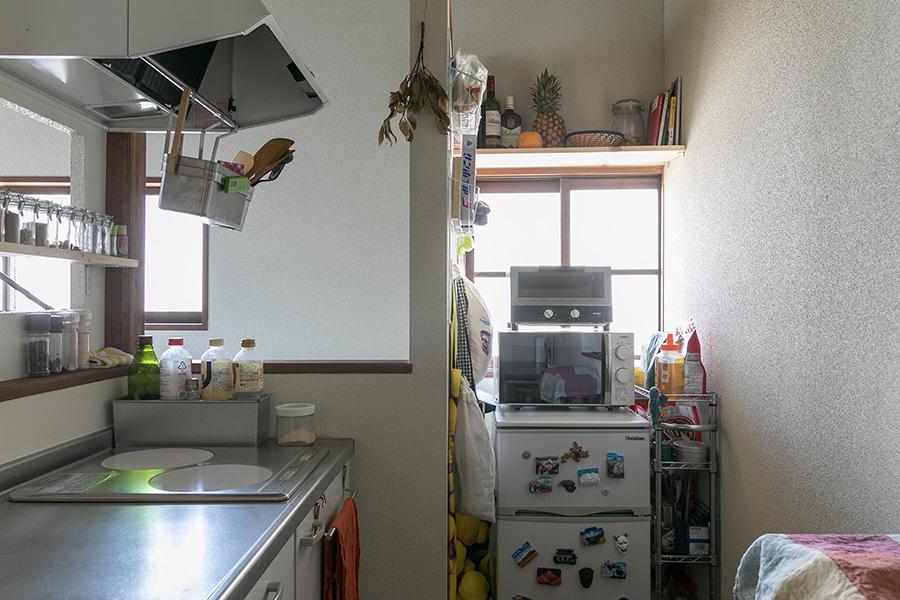 ちょうどいい大きさのキッチン。窓の上に棚をつけるなど、使い勝手よく工夫。