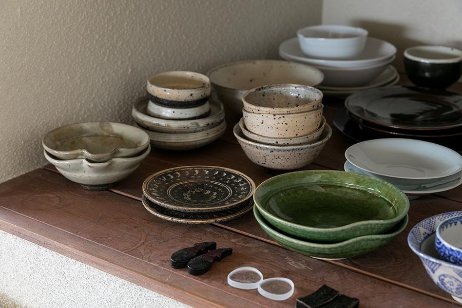 日々使っているのは、同級生でもあった友人が受け継ぐ唐津の窯元、隆太窯の皿たち。