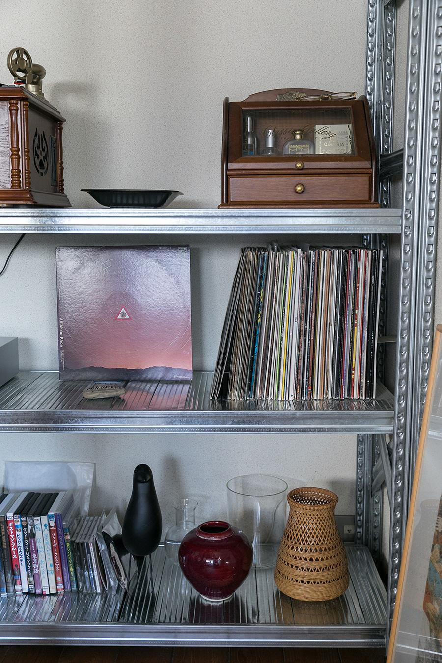 棚の一部。旅先での思い出の品や花器などを並べて。レコードももっとたくさんほしいと話す。