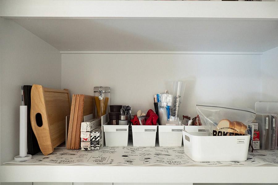 毎日使うトレーやお弁当グッズは、使いやすい高さの棚に。あえて詰め込みすぎないようにしている。