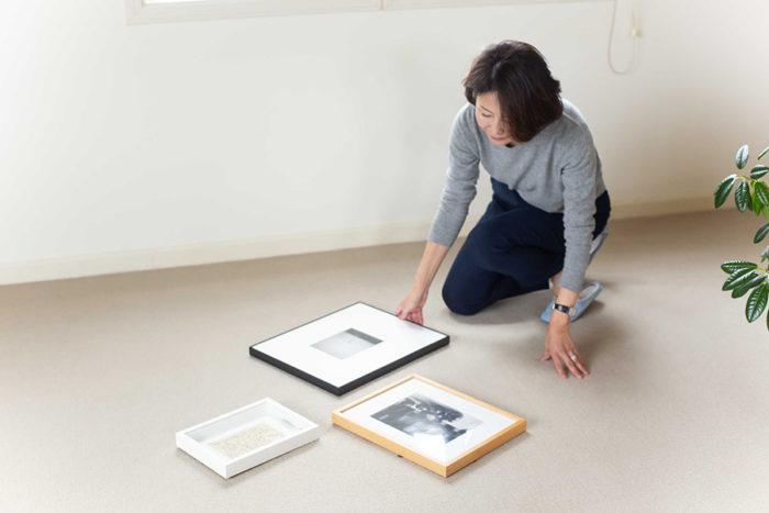 何枚かの作品の組み合わせを考える時は、まず床に並べてバランスを見ながら並べる位置を考える。