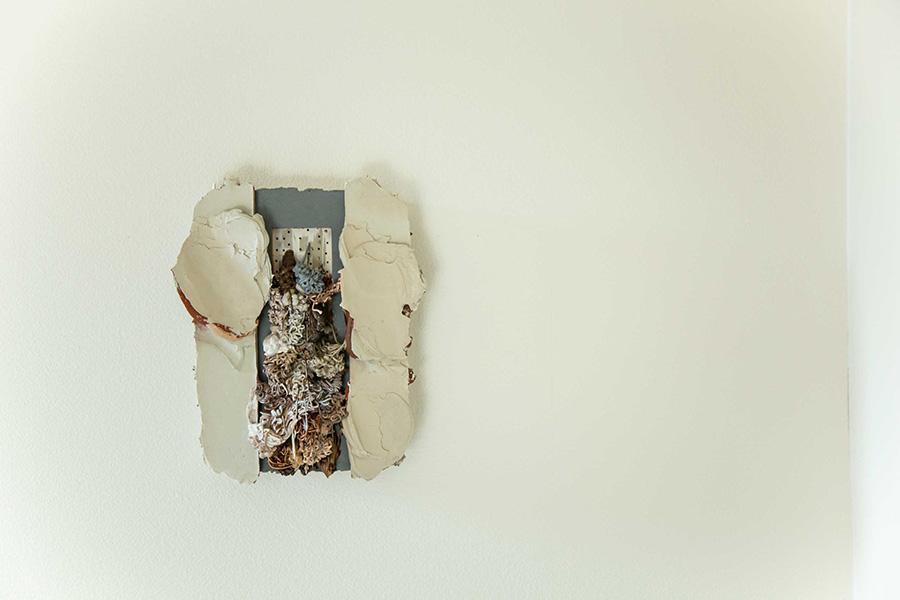 若手アーティスト、水谷昌人さんの作品は玄関の壁に。「立体感のある作品なので、いろいろな角度から眺められる場所に掛けました」