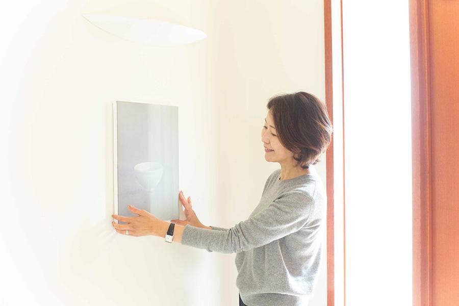 「この伊庭靖子さんの作品を東京都美術館に貸し出ししたことがあります。コレクターにとっては最高の栄誉です。同時代を生きている作家さんの作品は、著名なアーティストへと成長する夢を共に見ることができる喜びがあります」。 アートアドバイザーの奥村くみhttp://www.allier.jp/ さん。インテリアコーディネーターとして活躍した後、2004年より現代アートとインテリアの融合を目指し、アートアドバイザーとしてアートのある暮らしを提案。近著に『アートと暮らす日々』(ワニブックス)。毎年「堂島リバーフォーラム」にて、セレクトしたアートを楽しめるフェア『ART NAKANOSHIMA』を開催。