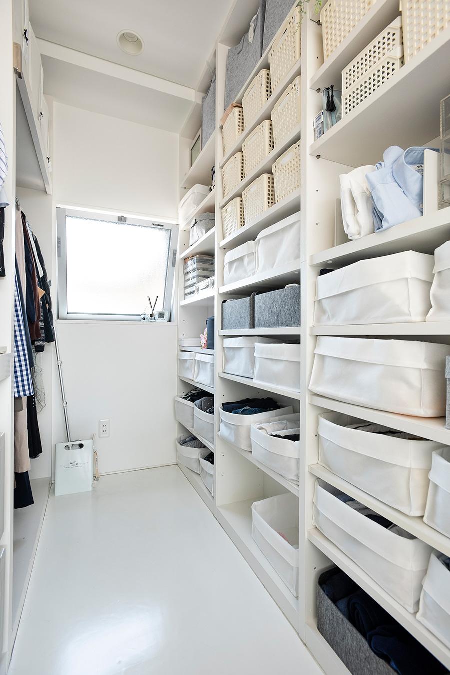 奥の方の棚には、取り出しやすい位置にアクセサリー類、上段には、冠婚葬祭&季節ものを収納。