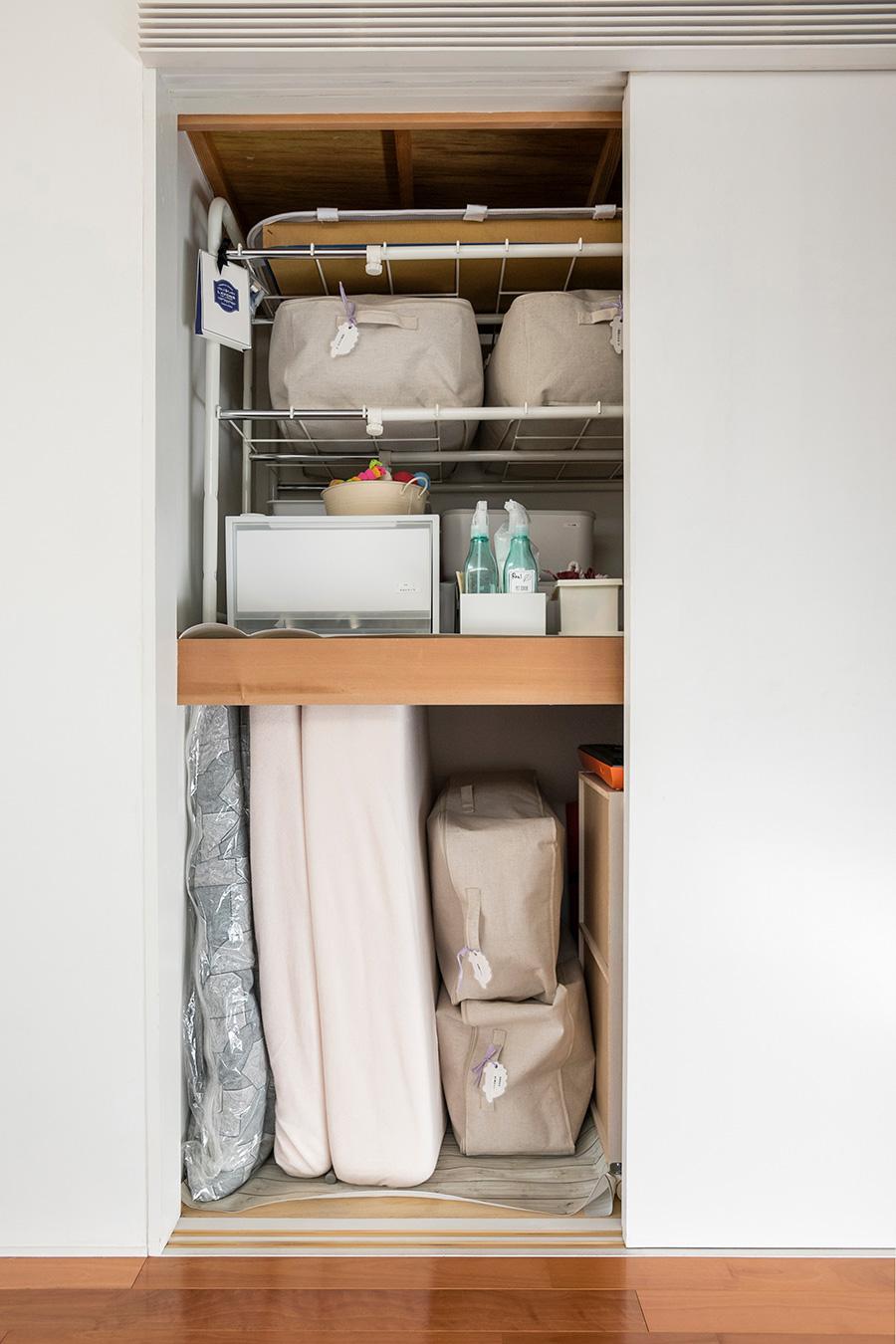 和室の押し入れ。来客用の布団、ペットアイテムを。
