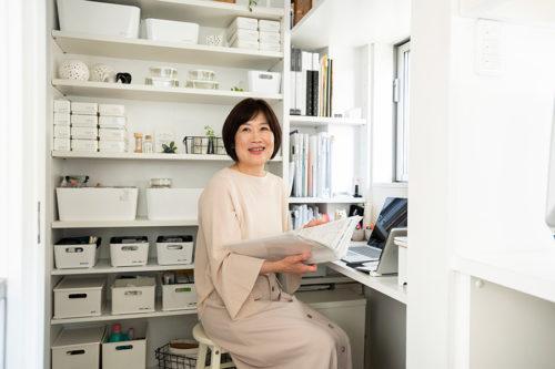 整理収納コンサルタント・須藤昌子さん。ブログ「ROOM-COZY 心地よい生活の始め方」が大人気。著書に「死んでも床にモノを置かない」(すばる舎)など。