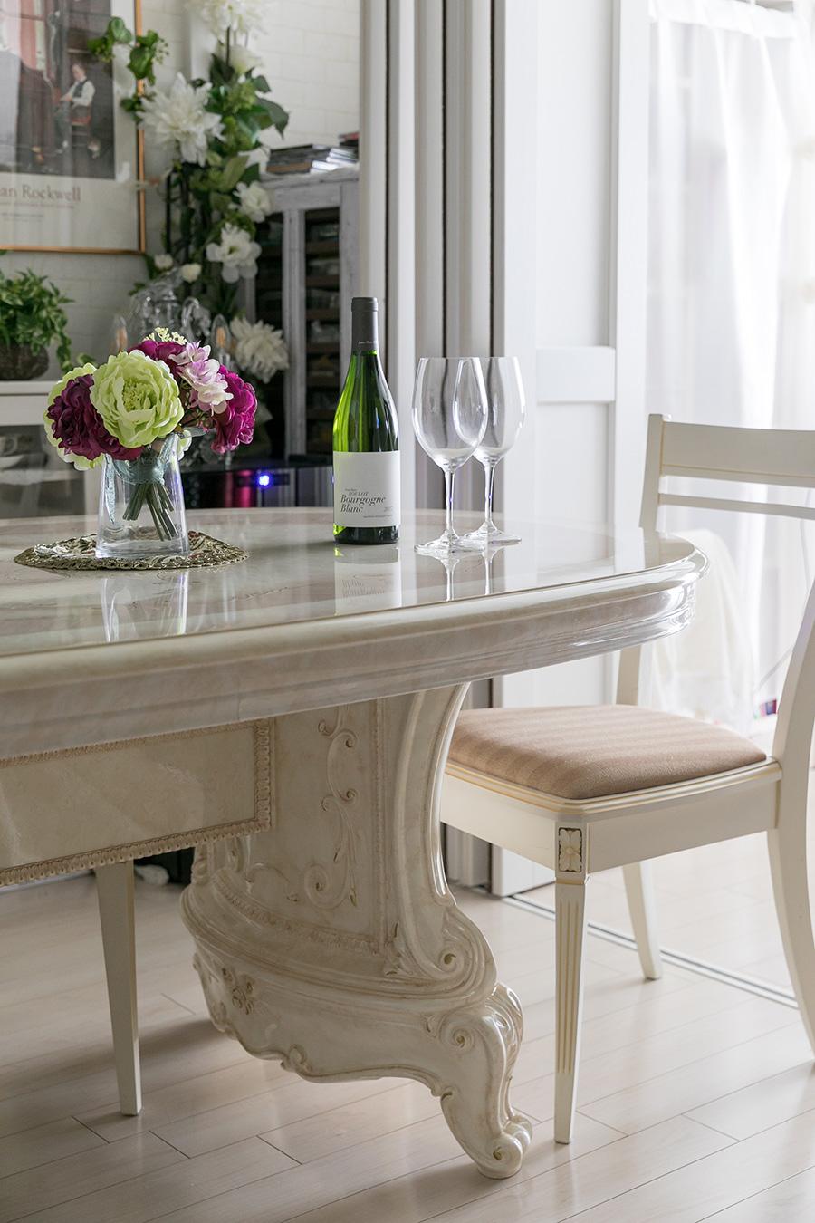 サルタレッリ・モビリ社のダイニングテーブル。角を気にせずゲストが座れるよう楕円形のテーブルを選んだ。