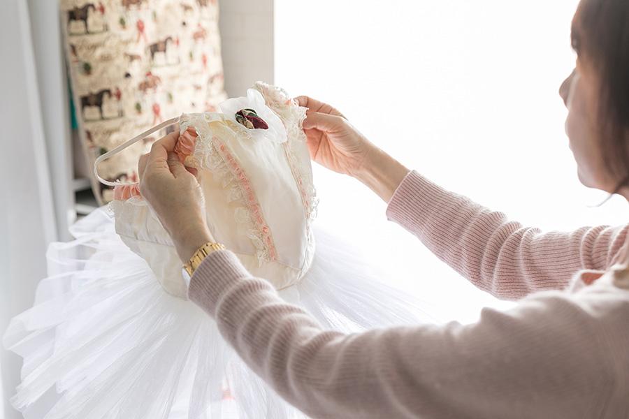 教え子たちの舞台衣装や知り合いのモデル衣装の手直しを自宅でおこなう。