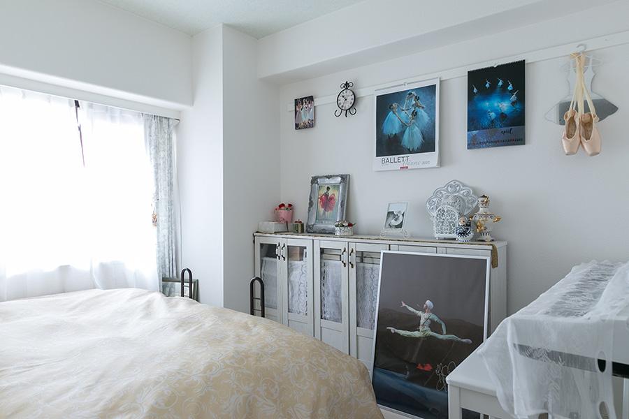ロシアをテーマにした寝室にはバレエの関係で同国に行った際に購入した品々が飾られている。