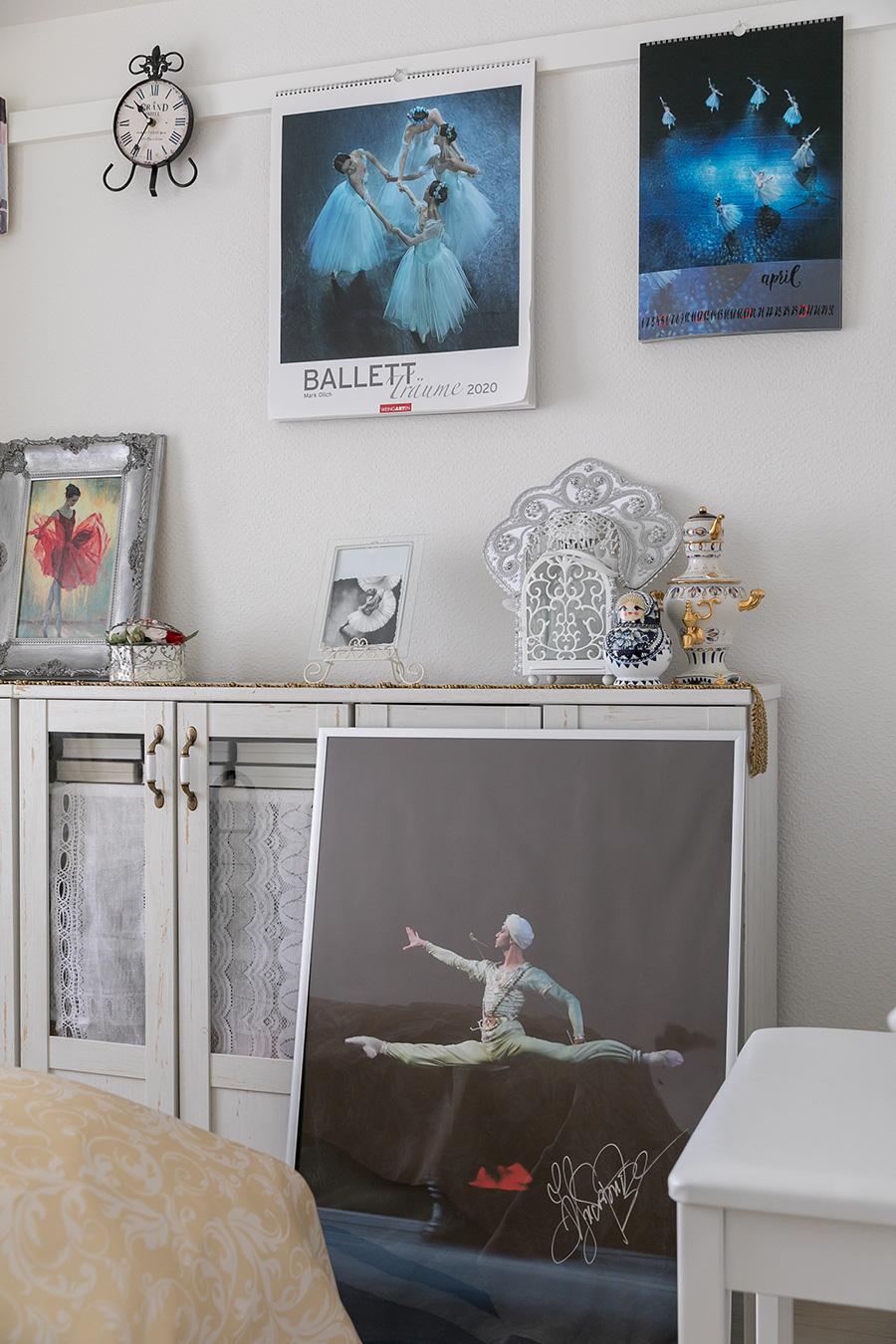 棚に立てかけられているのは世界最高峰のバレエアカデミー ワガノワ・バレエ学校校長ニコライ・ツィスカリーゼの直筆サイン入りポスター。