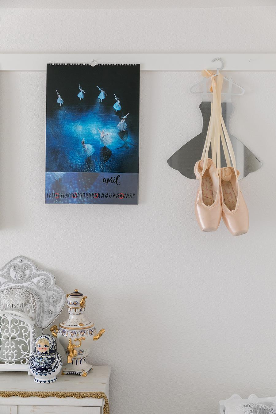 バレエ写真家マーク オリッチのカレンダーの横にあるのはパリオペラ座劇場で購入したチュチュ型ミラーと上原さんが現役最後の舞台で使ったシューズ。