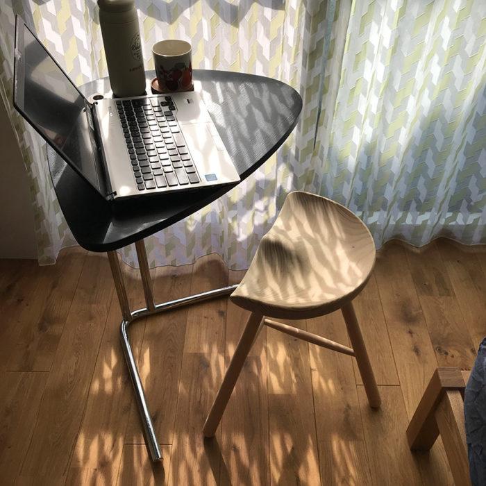 いちばん人気の高いSHOEMAKER STOOLとK22 SIDE TABLE。狭いスペースにも収まり、セットで使うとなおさら便利。