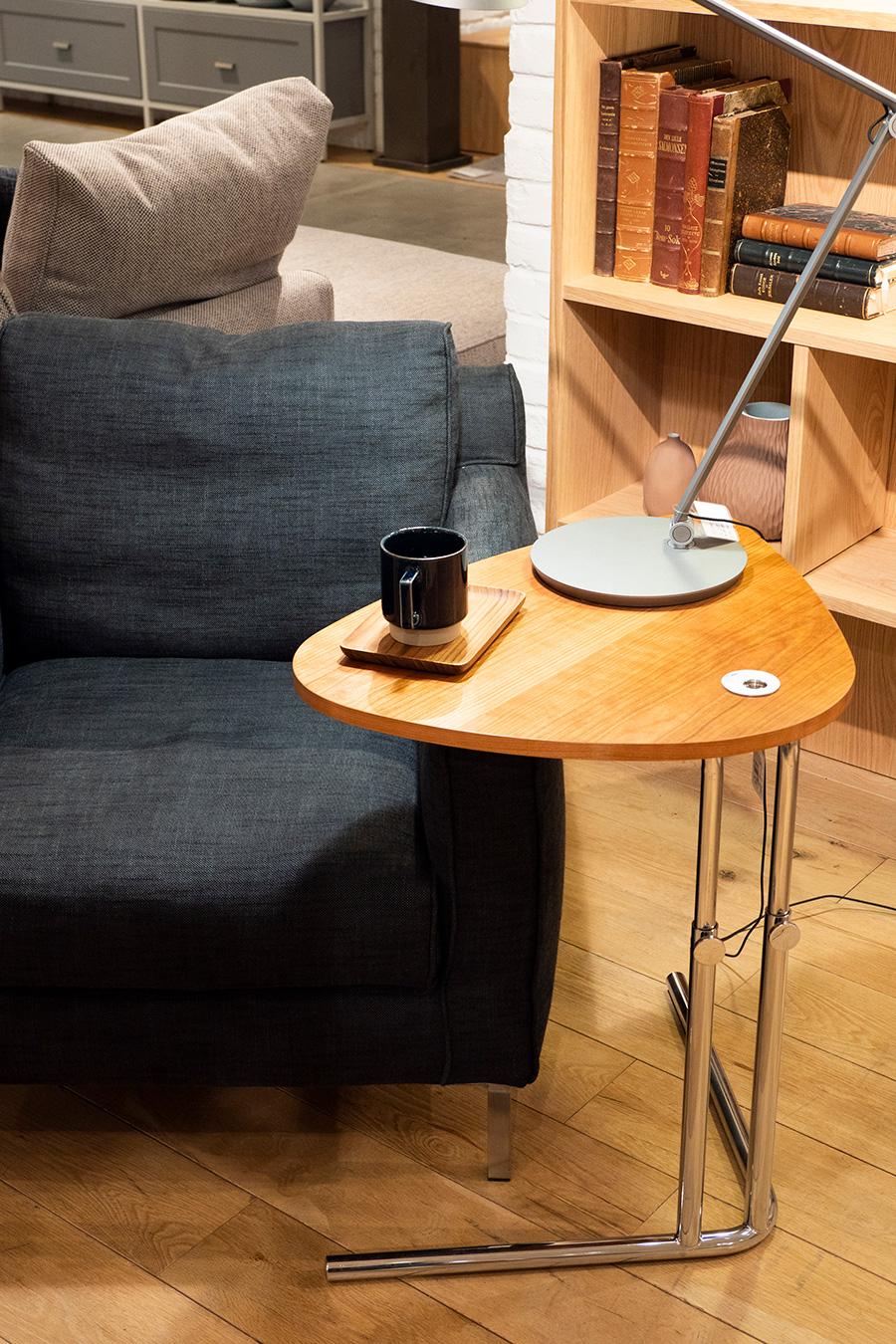 歪んだ3角形のように変形した天板が特徴のK22  SIDE TABLE¥70,400(税込)。高さを自由に変えられるので、デスクとしても、ソファーやダイニングテーブルの脇にもセット可能。L字の脚がすっきり収まってくれる。