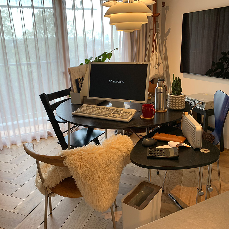 ダイニングテーブルで仕事をするスタッフがサポートテーブルとしてK22を使用。マウスを置くことでスペース問題が解決したそう。