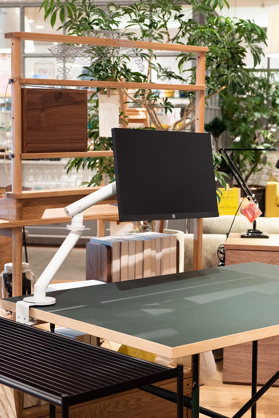 HERMAN MILLER FLO MONITOR ARMS WITH CLAMP¥34,980(税込)。クランプでモニターをテーブルに固定すれば、省スペースでメインとサブ2台の画面を使い分けられる。