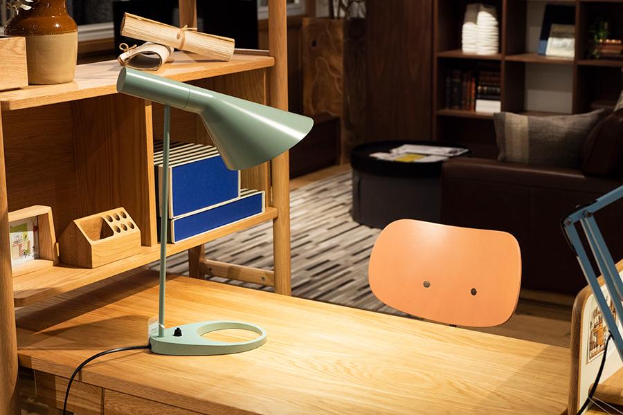 AJ TABLE LAMP¥118,800(税込)。アルネ・ヤコブセンがSASロイヤルホテル(現ラディソンコレクション)のためにデザインしたプロダクト。75度可動するシェードが、的確に光を照射してくれる。