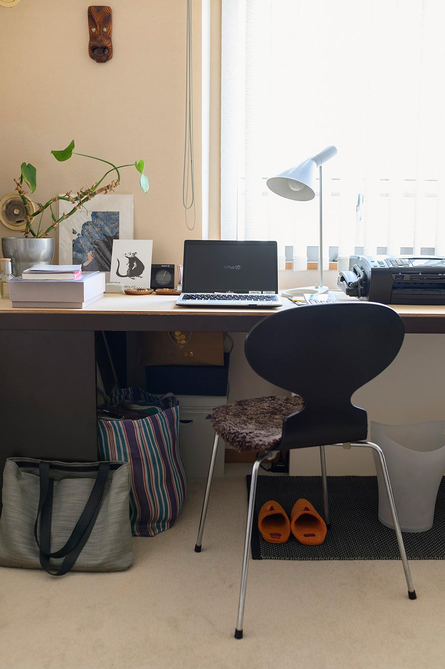 ミニマルな形と特徴的なフォルムのAJテーブルランプが、デスクワークをサポート。部屋の飾りから実用品へ。