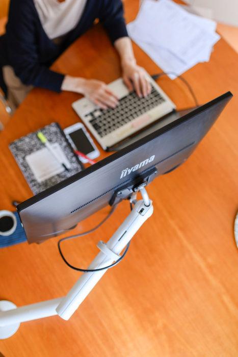 ノートPCと合わせてフローモニターアームを使えば、画面切替えなどに必要なクリックも不要。腕の疲労も軽減されたそう。