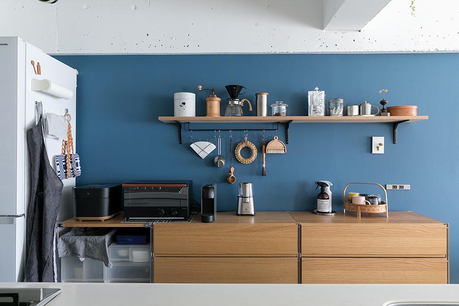 ブルーの壁に、木の棚や食器棚が良く似合う。「棚板の下のアイアンバーは自分でつけました。壁につける自信がなかったのと、棚板の下なら失敗しても目立たないかなと思いました(笑)」