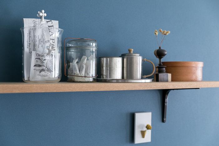 パッケージが素敵な紅茶はガラスの容器に入れて見せて収納。Peter Ivyのガラスのジャーにはキャラメルを。「棚板はリノベーションの際につけてもらいました」