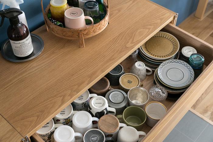 食器の収納に使っているのは無印良品の家具。「引き出しは食器がたっぷり収納できるので気に入っています。ここには北欧のインテリアに惹かれたきっかけになったクイストゴーやマリメッコの食器を収納しています」