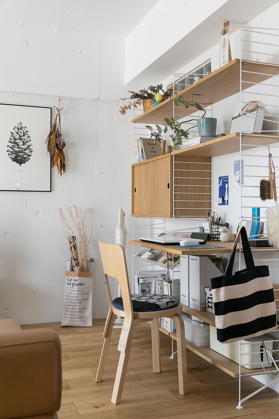 スウェーデンの壁掛け収納ストリング。ワークデスクも作っていたので、リモートワークで大活躍。「ストリングは『nu』を通して購入し、設置もしてもらいました」