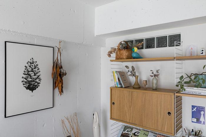 棚の上部の窓が洗面所へ光を届ける。