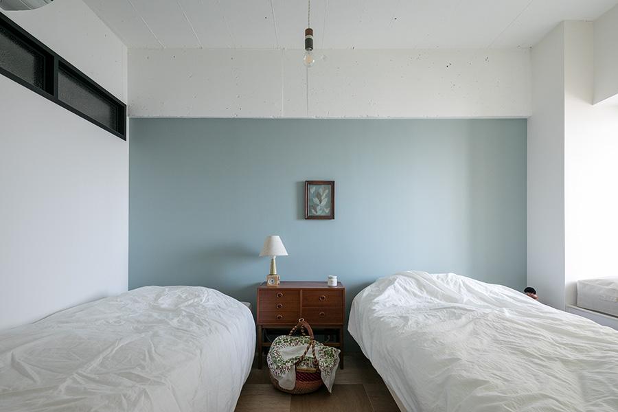 寝室の壁は優しいグリーンに。「寝室に置いたアンティークのチェストが、最初に買った北欧家具です」