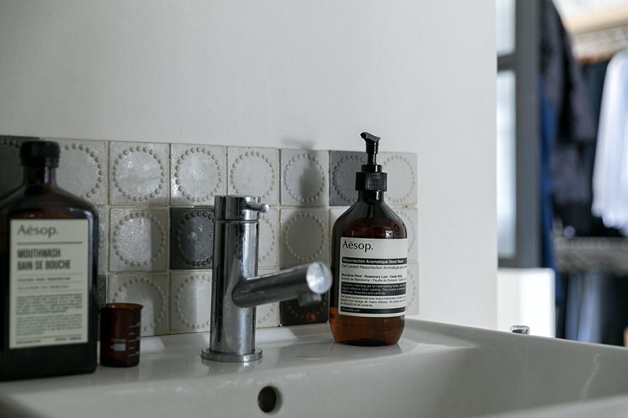 洗面所のミナ・ペルホネンのタイルはDIYで貼った。