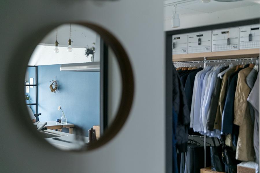 洗面所の鏡はCIBONEで買ったテオリのもの。
