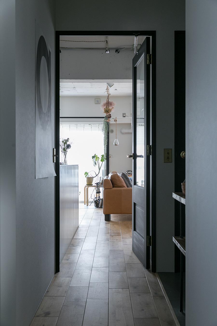 リビングのガラス入りの扉は黒に塗装し、ドアノブとスイッチプレートは金色のものをチョイス。