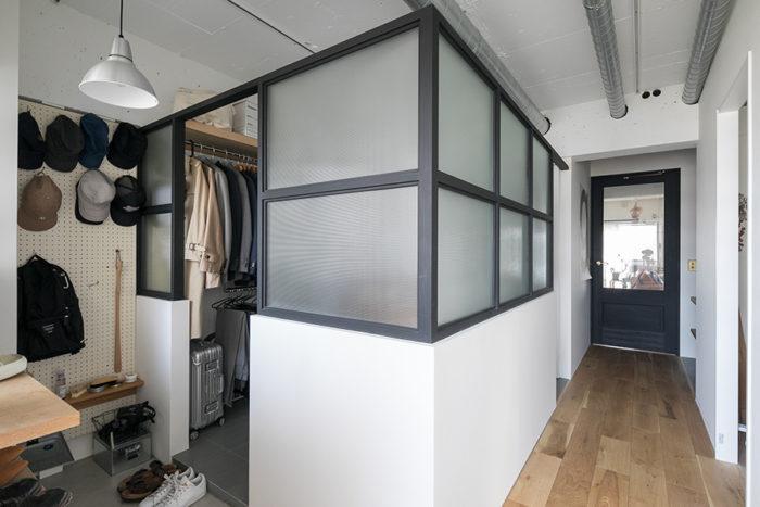 ウォークインクローゼットには扉をつけず、セミオープンなスペースに。