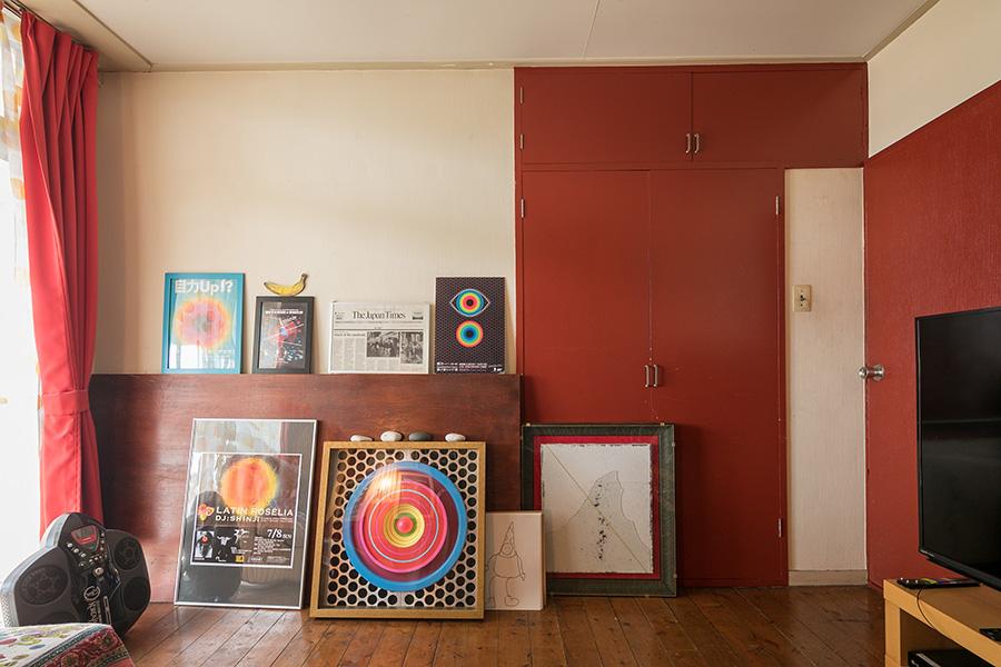 引っ越し当時から変わらないダークブラウンの床とダークレッドの扉という組み合わせが、全体的に落ち着いた空間を作り出す。