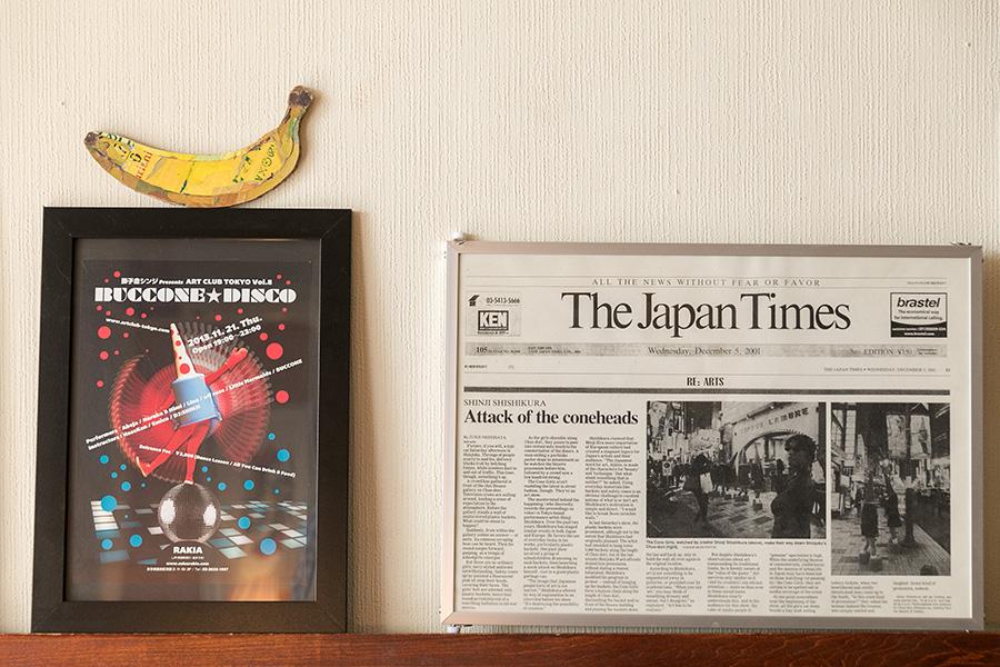 新宿中央通りでのアートパフォーマンスが紹介された『The Japan Times』の記事。様々なメディアで大きく取り上げられた。