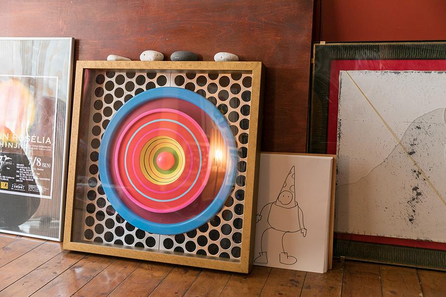 コミュニケーションのシンボルである目は重要だと語る獅子倉さん。作品『目ヂカラ』はバケツの蓋にペインティングして制作した。