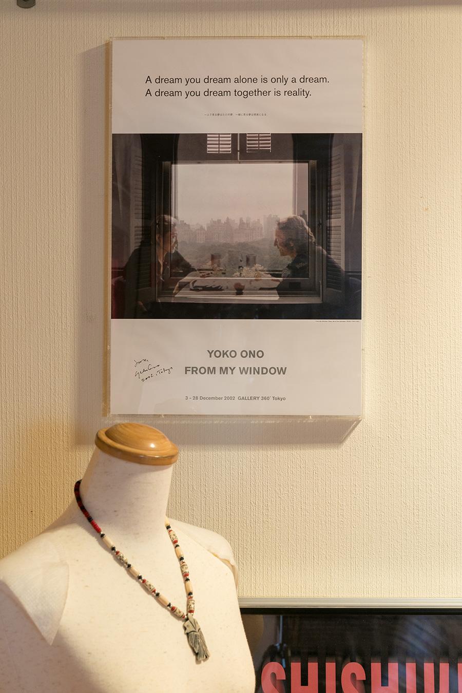 獅子倉さんが尊敬するジョン・レノンとオノ・ヨーコの直筆サイン入り写真が飾られている。