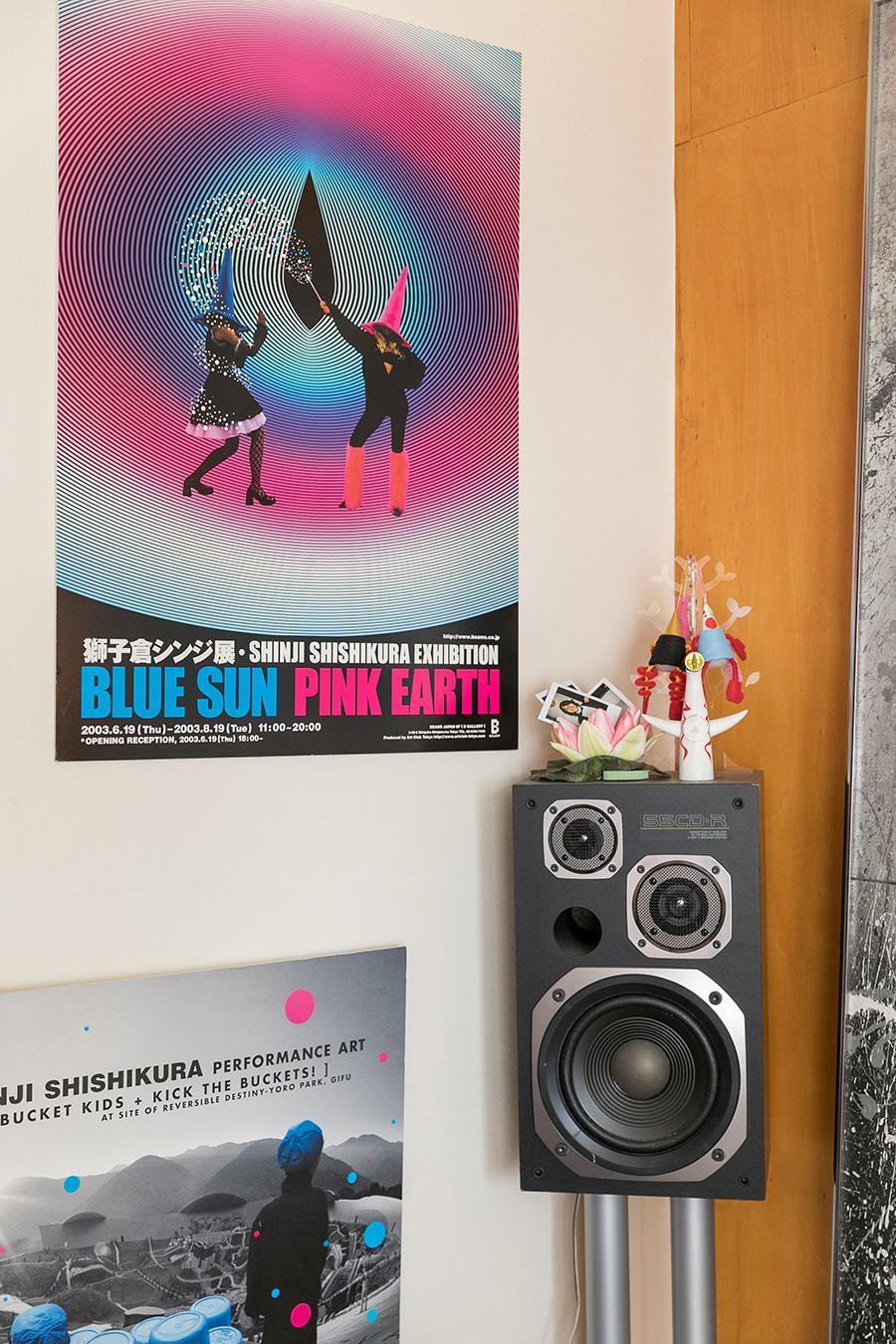 総合プロデューサーとして、告知で使われる個展のポスターやオリジナルグッズなども自身で手掛ける。