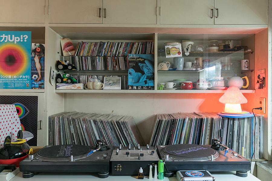 アトリエにあるDJテーブル。右上の食器棚には一部本人の陶芸作品が並ぶ。