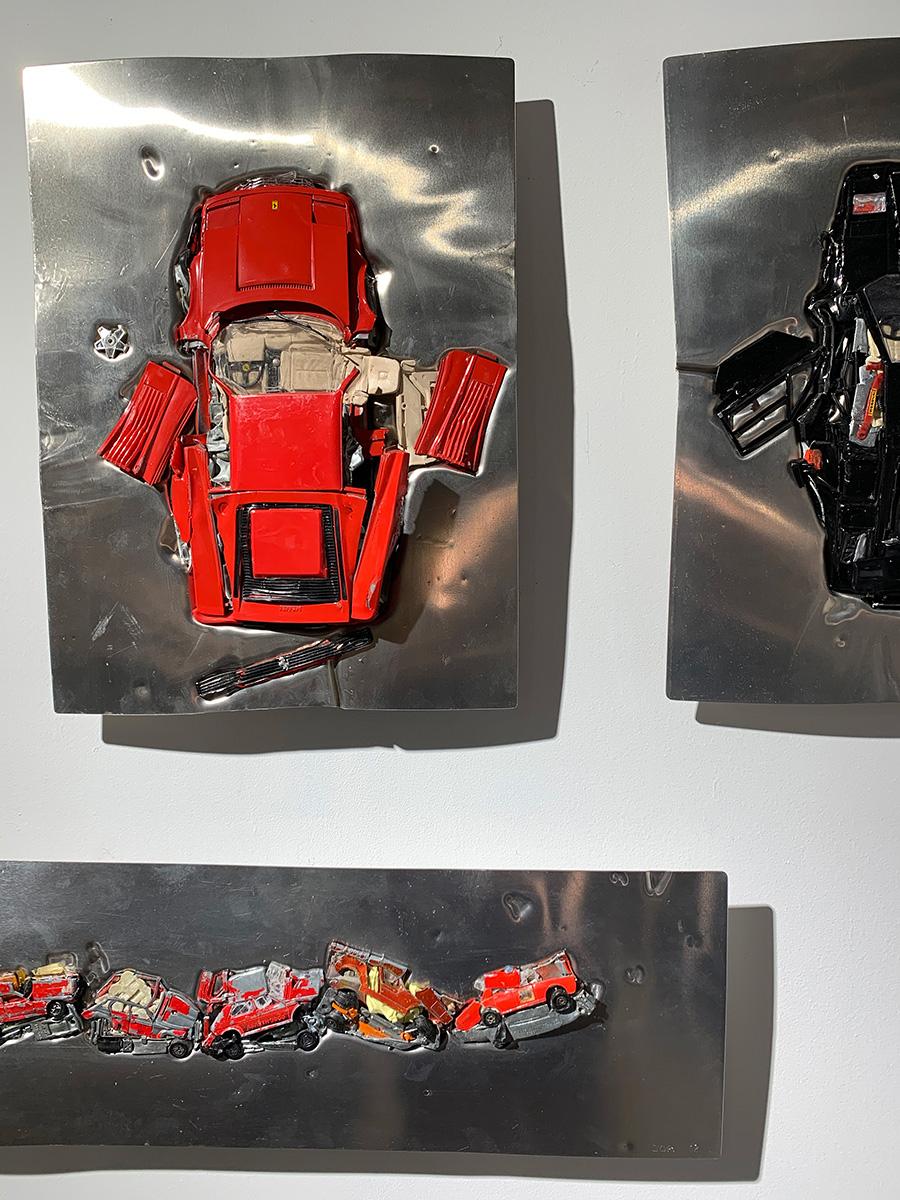Job van den Berg/《CAR CLASH》は、アルミニウム板の上にトイカーを置き、高圧力でプレスしたアートワーク。