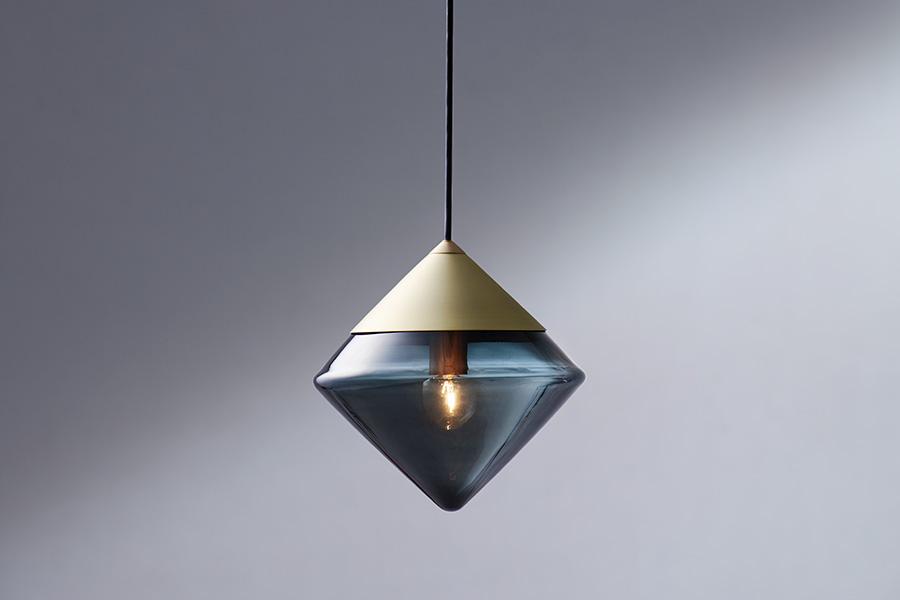 NEW LIGHT POTTERY/奈良に拠点を置くライティングデザイナー2人が手掛ける照明ブランド。「Apollo」はマウスブローで制作したガラスグローブのペンダントライト。