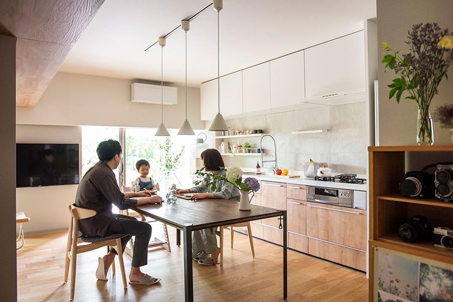 ダイニングに集う茂木さんと妻・奈々恵さん、長男・蒼くん。ダイニングテーブルはDIYで。天板を数回研磨して塗装、アイアンの脚を取り付けて完成したもの。