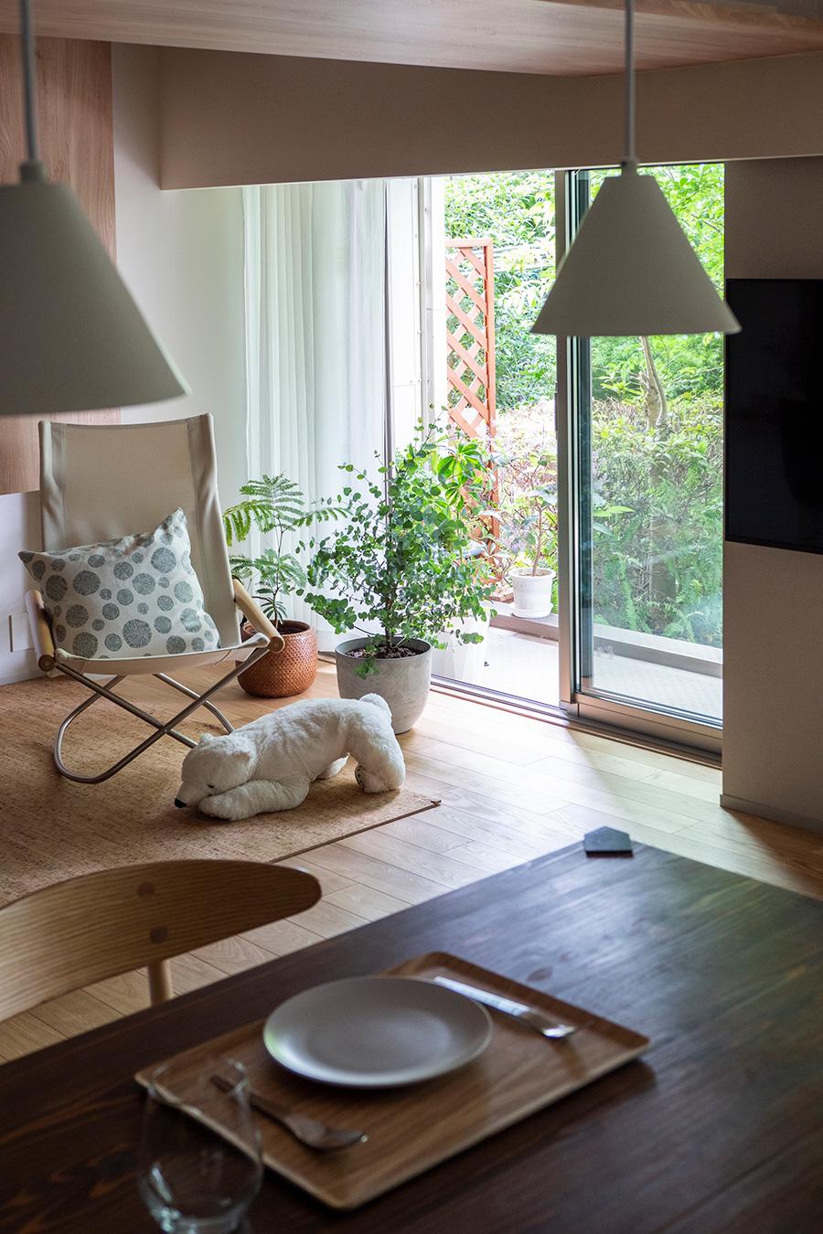 森のような庭が眺められるリビングも癒しの場。室内のグリーンが、外との連続性を強調する。