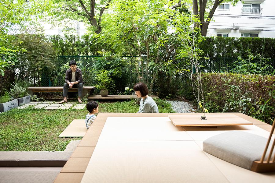 """茂木邸では庭も""""部屋""""の一部。置き畳をウッドデッキに敷くと縁側に早変わり。ここで家族の団欒が繰り広げられる。"""