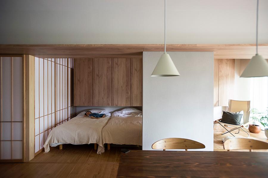 障子で閉じることも可能なベッドルーム。お昼寝中の子どもの様子を、料理をしながら伺える。